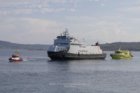 God hjelp Både legeskyssbåten og redningsskøyta hjalp til i ettermiddag med å få Strandebarm til kai på Bjarkøy FOTO: May-Britt Storvik