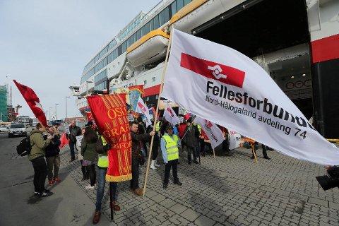 PÅ HURTIGRUTEKAIA: Fra en av de mange aksjonene på hurtigrutekaia til støtte for de streikende havnearbeiderne som sympatistreiket for kollegaer i Stavanger.