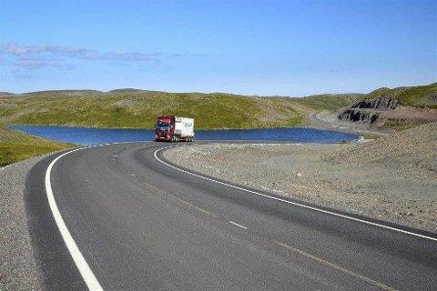 HOLMEVANN: Veien går i smekre kurver rundt Holmevann. (Foto: Knut Opeide, Statens vegvesen)