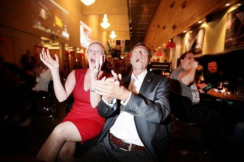 JUBELSCENER: Sammen med resten av deltakerne på Aps valgvake på Hålogaland Teater mandag kveld, brøt Jarle Aarbakke ut i jubel da den nasjonale valgdagsmålingen ble presentert klokken 21. Her sammen med LOs Kristine Larsen. Da én fjerdedel av stemmene var talt opp i Tromsø like før klokken 22, viste det 29,4 prosent oppslutning til Ap – som dermed har flertall sammen med Rødt og SV.