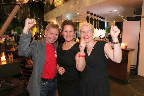 SKAL SAMTALE: Byrådslederkandidat Kristin Røymo (AP) flankert av Jens Ingvald Olsen (Rødt) og Ingrid Marie Kielland (SV) da de tre partiene feires valgresultatet natt til tirsdag. Onsdag møtes de tre partiene til samtaler for første gang etter valget.