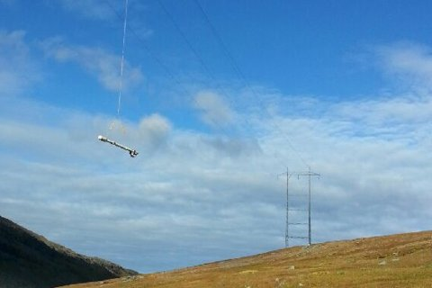 HENGER FORTSATT: Sonder henger fortsatt fast i høyspentledninga.