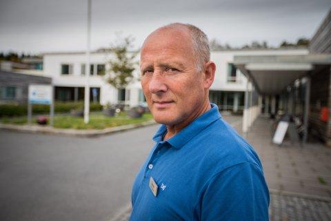 DETTE MÅ TIL: - Om ansatte har tid til å ta demente ut på luftetur, blir de mindre urolige. Da vil rømningsforsøkene bli færre, sier enhetsleder Johan Robertsen. Han mener flere ansatte og teknologi er viktig for å hindre rømninger.