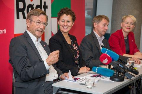 ENIGE: Ap, Rødt og SV la onsdag fram «Kystens hus»-erklæringen i Tromsø. Særlig vrakingen av parlamentarisme som styringsmodell har vekket reaksjoner. Fra venstre: Jarle Aarbakke (Ap), Kristin Røymo (Ap), Jens Ingvald Olsen (Rødt) og Ingrid Kielland (SV).