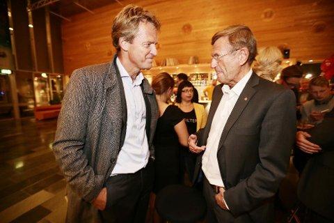GRATULERES: Her gratulerer avtroppende ordfører Jens Johan Hjort (H) (til venstre) Jarle Aarbakke med valgseieren. To og en halv uke senere er det klart at Aarbakke likevel ikke bli ordfører etter at Ap, SV og Rødt besluttet å vrake parlamentarismen i Tromsø.