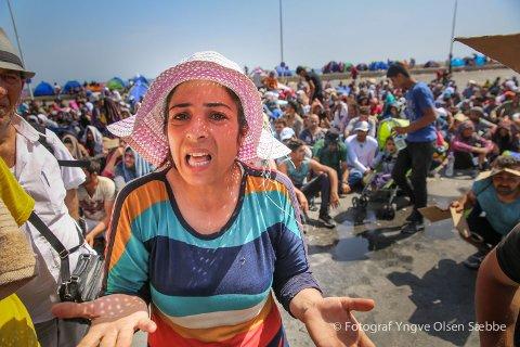DESPERATE: Nairouz Jumaan Mohammad er talskvinne for en gruppe på flere hundre flyktninger som oppgir at de er fra Kobani i Syria. De er samlet i havna i Mytilene i Lesbos, der de fleste har vært i over 10 dager – så langt uten at noe har skjedd.