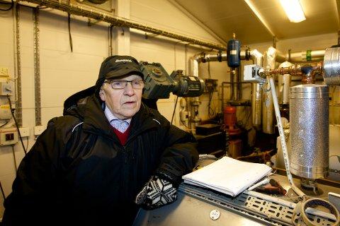 Torstein Nygård har vært med på å drive biovarmeanlegget som et dugnadsprosjekt i mange år. I går produserte fyrkjelen 500 kilowatt hver time. Foto: Ola Solvang