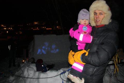 KINOSJEF: Ole  Mahtte Eira Tellefsen og datteren Save Maja Sara på 2 år, er glad i filmen Frost. Søndag rigget de hagen om til utendørskino, og inviterte hele nabolaget.