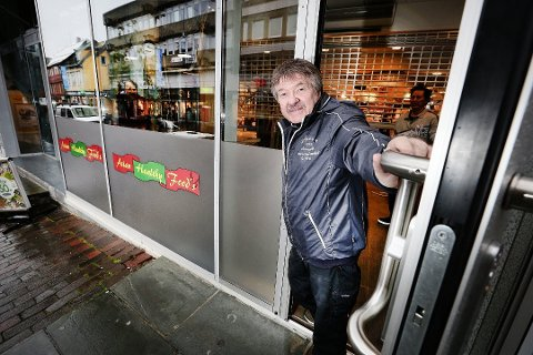 Roger Michalsen foran sitt nyåpnede spisested Asian Healthy Food.