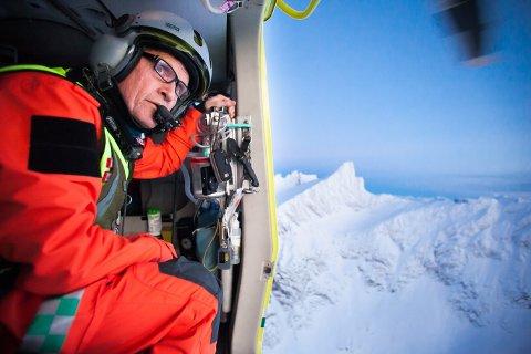 - UAKSEPTABELT: Den profilerte Tromsø-legen Mads Gilbert er blant de som er sterkt kritisk til endringene i ambulansehelikoptertjenesten. Her er han på treningstur med ambulansehelikopteret over Ersfjord i Tromsø.