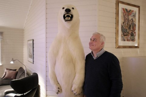 Svein Kristian Arntzen selger sin isbjørn på Finn. I utgangspunktet er den en del av en samling med utstoppede dyr - havørn og oter er blant annet med i gjengen - men Arntzen vurderer også separate bud. Pris har han ikke satt, det diskuteres med eventuelt interesserte.