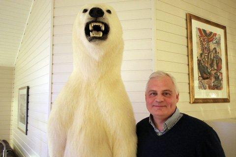 Isbjørnen måler i overkant av 2.10 meter, slik den står nå. Srntzen vet ikke om den er han- eller hunnkjønn.