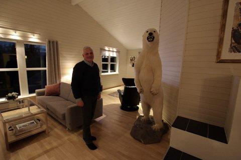 Isbjørnen har stått i Svein Kristian Arntzens stue i snart ti år. Nå skal den selges.
