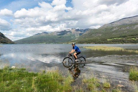 PÅ SYKKEL: Starten på sykkelturen fra Ishavet til Halti i Birtavarre.