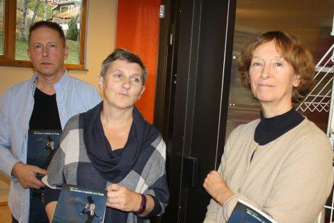 UFORKLARLIG: Siri Revold, Unni Tindwyl og Roald Larsen ved døra der den elektroniske telleren løper løpsk om nettene.