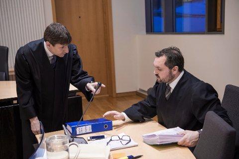 RETTSSAK: Thor Erik Høiskar (til venstre) ved statsadvokaten i Nordland har tatt ut tiltalen mot den 40 år gamle harstadkvinnen. Hun er nå dømt til fengsel i åtte måneder for falske voldtektsanklager. Her Høiskar sammen med advokat Stian Mæland i en annen rettssak.