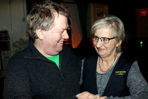VARMT COMEBACK: Både stamgjest Frode Sommerseth (t.v.) og bartender Anne Grete Jakobsen frydet seg over sistnevntes comeback i baren på Narvikguten. Alle foto: Odd-Georg H. Benjaminsen.