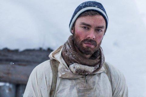 Torstein Bjørklund i kostyme som Arne Kjelstrup i Kampen om tungtvannet på NRK.