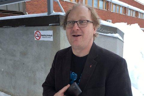 FORNØYD: Helge Ragnvald Olaussen er fornøyd med søkertallene til stillingen som altmuligmann eller -kvinne i Olderfjord. (Foto: Tor Kjetil Kristoffersen)