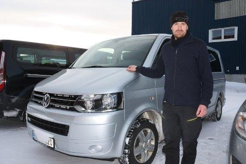 MÅ BYTTE: Med bare et løyvefritak per virksomhet, må Øystein Storslett i Arctic Explorers bytte inn fire biler, og sette inn et tiende sete. Det er den eneste måten han som nordlysguide og opplevelsesbedrift kan operere lovlig på.