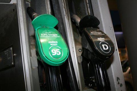 PASS PÅ: Bensin- og dieselpumpe side om side. Det kan være kostbart å ta feil.