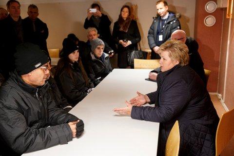 FORNØYD: Statsminister Erna Solberg møtte flere asylsøkere da hun besøkte Vestleiren.
