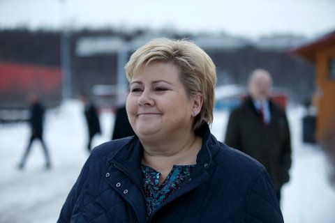 BESØKTE LEIREN: Statsminister Erna Solberg var svært fornøyd etter besøket ved Vestleiren i Sør-Varanger i november i fjor. Rett etterpå ble det avdekket uforsvarlige forhold for barna i leiren.