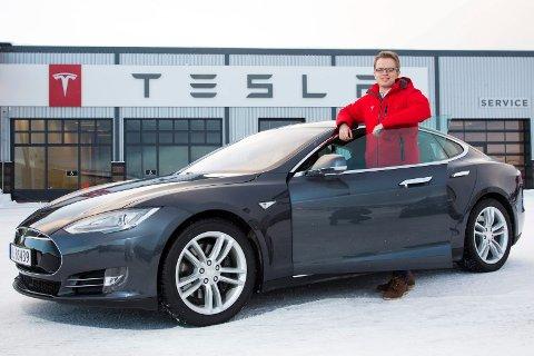 LEGGES NED? Tesla åpnet servicesenter i Tromsø i 2016. Her er kommunikasjonssjef Even Sandvold Roland i Tesla avbildet før åpningen.