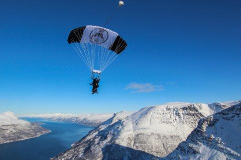 Syngende engelskmann med gitar hopper i fallskjerm over Storfjord.