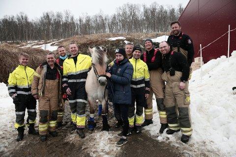 REDNINGSMENN: Fornøyde brannmannskaper poserer med Lita etter vellykket redningsaksjon.