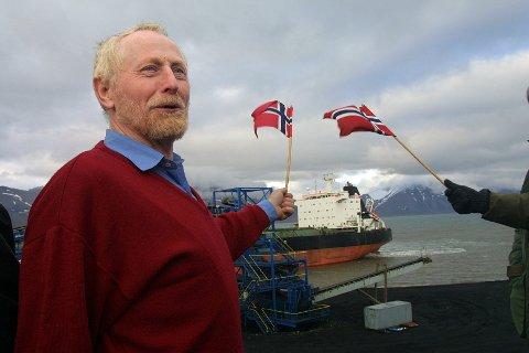 FRA LYKKELIGE TIDER: Robert Hermansen vifter med flagg og hilser det første Panmax-skipet, Solidarnosc, velkommen til kai ved Kapp Amsterdam etter første tur gjennom Akselsundet på Svalbard