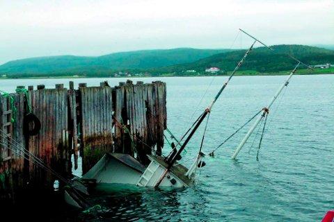 """SANK: """"Kjeipnes"""" sank ved kai på Bjorelvnes i juli i fjor."""