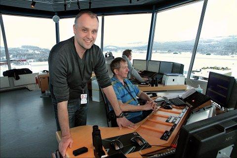 FLERE SETER: Norwegian har i år satt inn flytypen 777800, noe som betyr en økt setekapasitet på flyene over Bardufoss flyplass med rundt fire hundre seter i uken. På bildet ser vi luftfartsjef Jørn Limo i flytårnet.