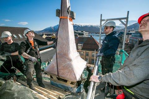 TIL TOPPS: Her blir tårnene satt på plass igjen på Den katolske kirke i Tromsø.