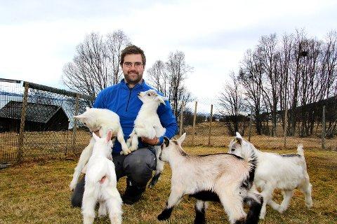GEITEVENN: Disse små guttekjeene skulle egentlig vært destruert etter fødselen. Bonde Mats Hegg Jakobsen adopterer dem heller bort til familier, som får besøke dem på gården, og til slutt spise dem til middag.