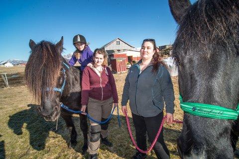 SPISER AV MATEN: June Kristin Valle Nordheim og Heidi Fredriksen opplever stadig at rein stjeler mat fra hestene Svarten og Hansi, som her blir ridd av marielle Mo Wiggen.