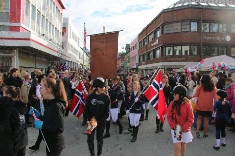Her gikk Tromsø Ryttersportklubb i borgertoget i fjor, uten hester.