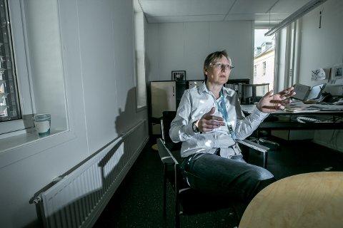 MIDT I DET: Arna Beate Hansen opplever et bredt spekter av saker - fra familievold til nabokrangler - som leder i Konfliktrådet i Troms.