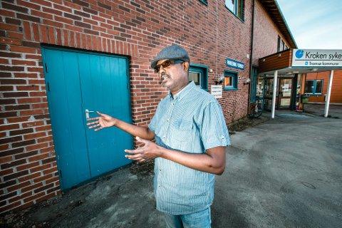Bak den blå døren på kroken sykehjem, har somaliere fått lov til å vaske sine døde før begravelsen. Rommet er ikke tilrettelagt, og ordningen er ikke ment å være varig. Nå etterlyse Ahmed Warsame et rituelt rom, som kommunen har lovet å bygge.