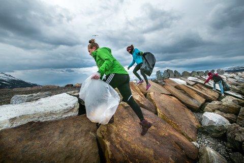 Marie Westvik og Karianne Drage er blant flere tusen frivillige som deltar på strandryddedagen. Her i Telegrafbukta i Tromsø. Foto Torgrim Rath Olsen