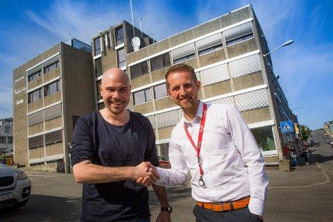 Helge Nitteberg (t.h.) er ny sjefredaktør i Nordlys. Her ønskes han lykke til av avtroppende sjefredaktør, Anders Opdahl.