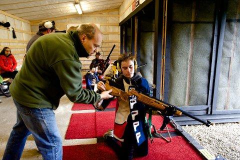 Kjell Arild Høgda sjekker at våpenet til Eirik Hansen er tomt etter konkurranseskytingen lørdag.