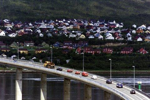 Kvaløya: Slettaelva og Sandnessundbrua fotografert fra kontrolltårnet.  bolig, hus, bebyggelse, bru, biler, trafikk, samferdsel Foto: Ole Åsheim, Nordlys