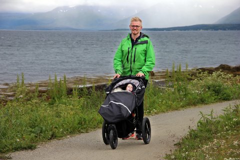 SOM PAPPA: Brage Larsen Sollund triller tur med sønnen Norvald (snart 2). - Det er fantastisk å være pappa, sier han. Foto: Bengt Nielsen