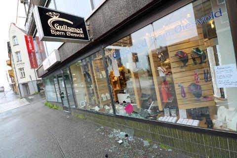 KNUST: Det er ikke til å ta tvil av hvordan tyven(e) har tatt seg inn i Gullsmed Bjørn Øiesvold. Foto: Odd-Georg H. Benjaminsen.