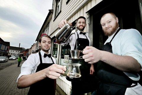 HÅNDBRYGG: Øyvind Risø Madsen, Arne Risø Nilsen og Steffen Andreas Lundli ved Risø mat og kaffebar gjør god business med å brygge en og en kopp kaffe.