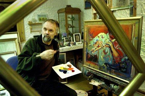 Svein-Arild Berntsen i sitt atelier hjemme i Vangsvik i Tranøy.