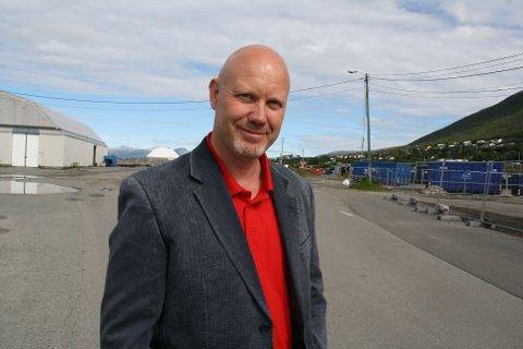 PARKERINGSPLASS: Alf Arntzen tror den gamle fyllinga på Tomasjord kunne egnet seg ypperlig som parkeringsplass for forbipasserende tungtrafikk og busstrafikk.