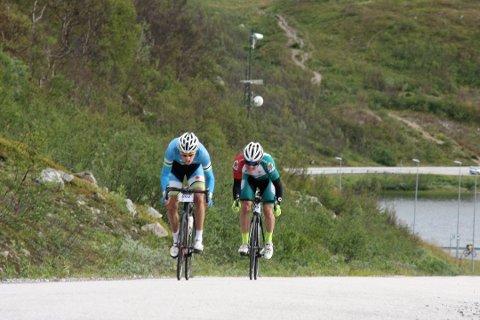 Bjørn Anders Johnsen og Odin Follevik knivet til siste slutt i fjor om seieren i sykkelrittet Ringvassøya-Finnvikdalen.