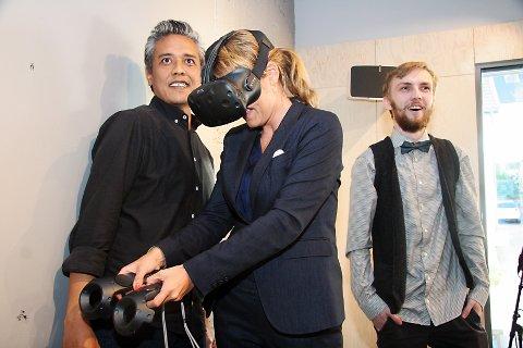 HIPP ÅPNING: Det ble ikke vanlig snorklipping, men virtuell åpning med VR-briller og motorsag.